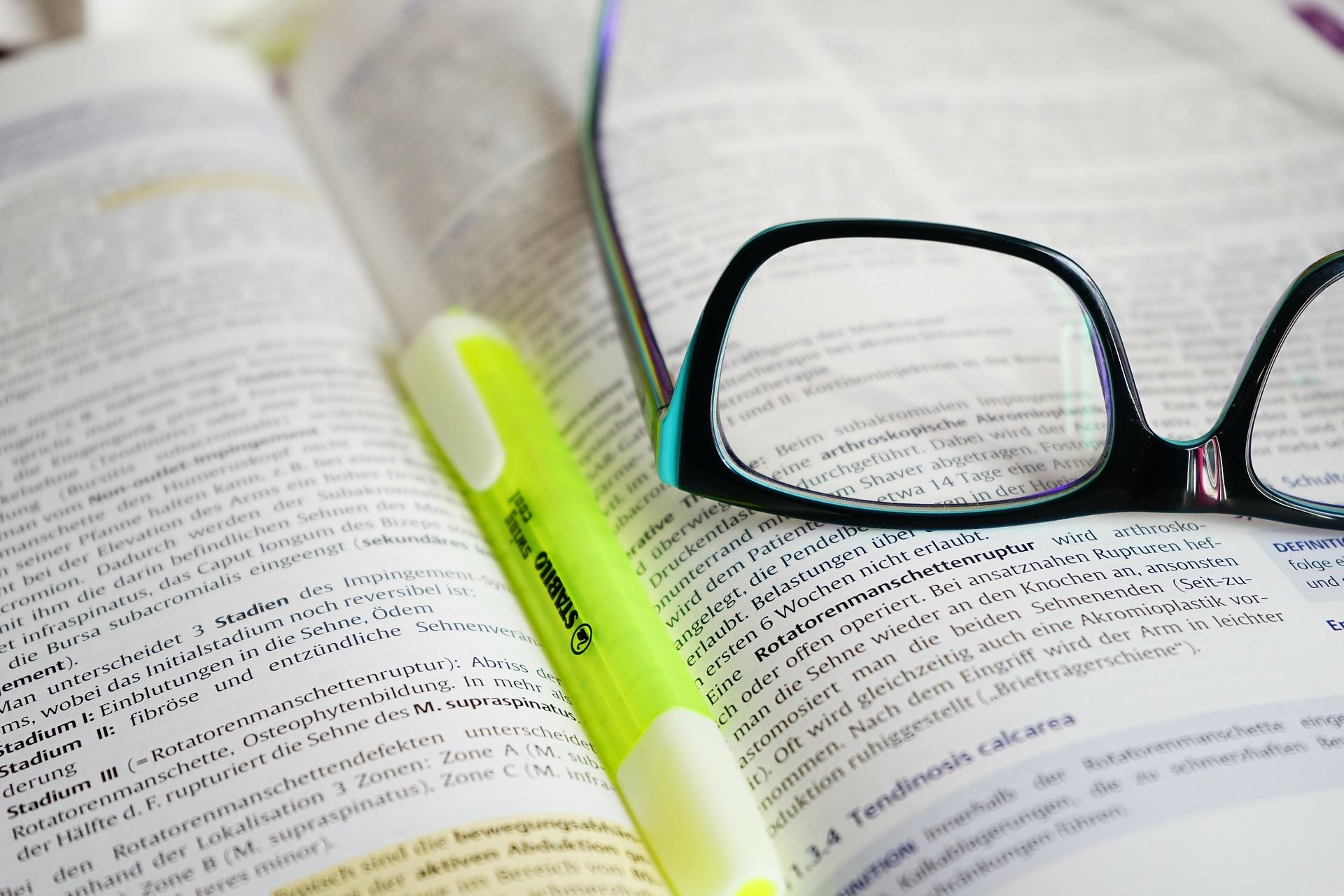 glasses-book-highlighter